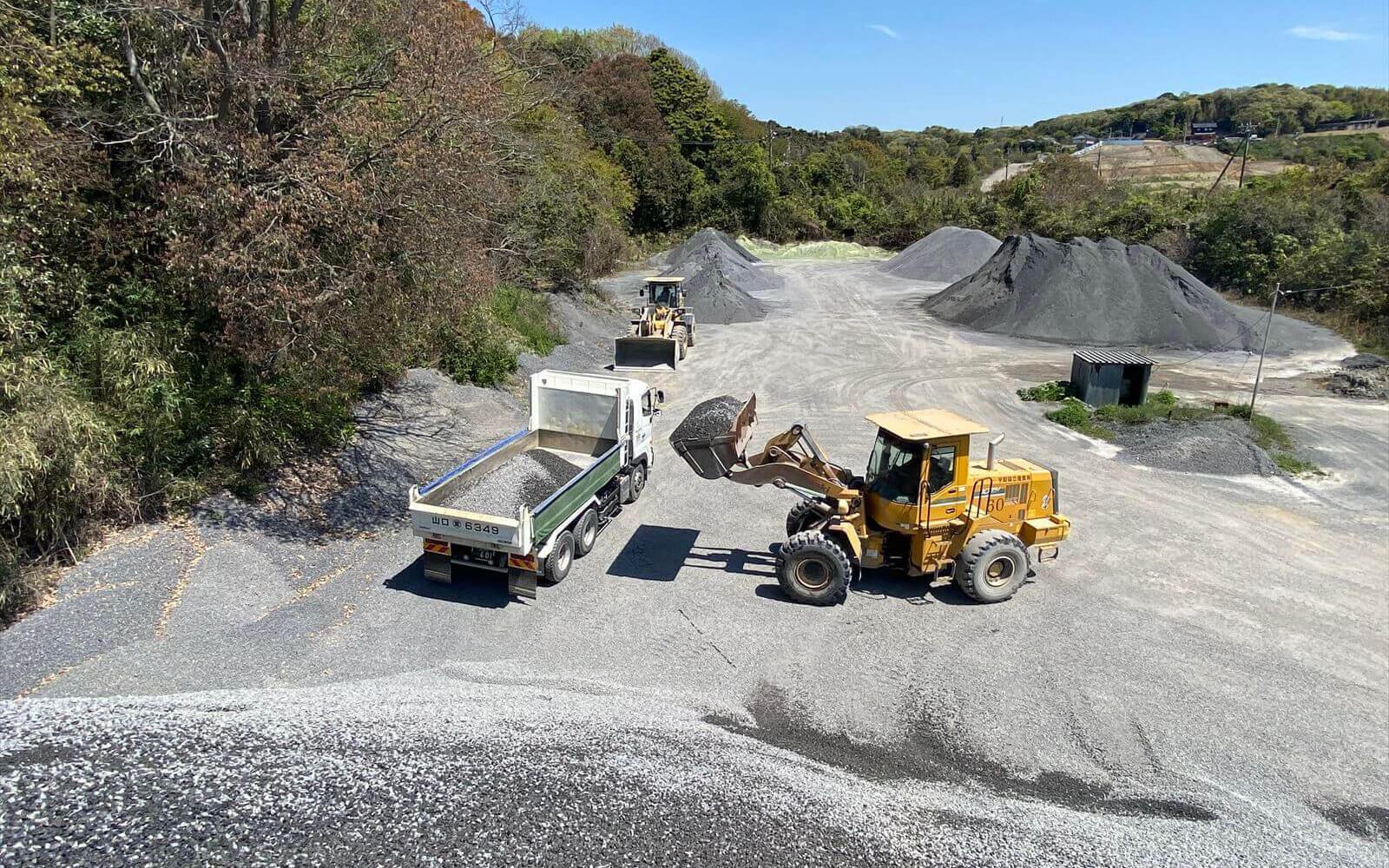 砕石商品運搬トラック運転手の仕事風景