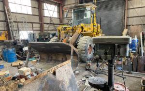 砕石生産用機械の修理の仕事風景