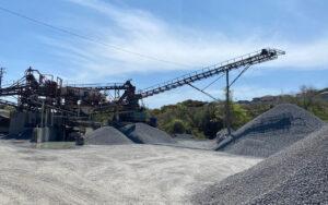 砕石生産用プラント管理と原石運搬の仕事風景